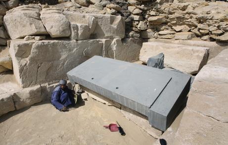 Крышка саркофага, обнаруженная при исследовании «Безголовой пирамиды» в Саккаре